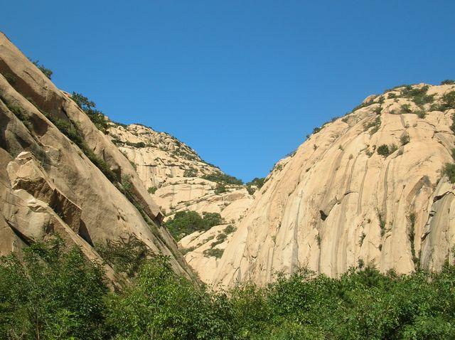 Скалы парка Долголетия на фоне голубого неба. Бэйдайхэ