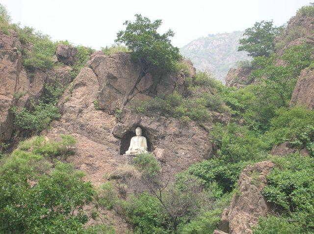 Статуя Будды в скале возле озера Янсай. Бэйдайхэ