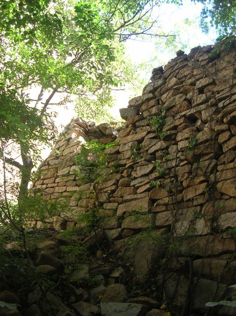 Стены древней крепости в парке Долголетия. Бэйдайхэ