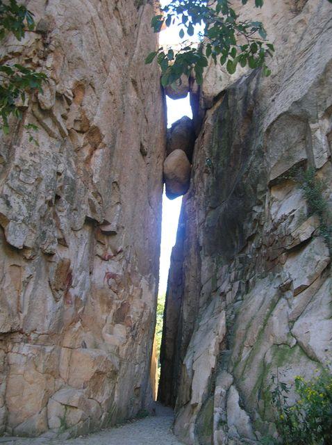 Опасная тропа среди скал в парке Долголетия. Бэйдайхэ