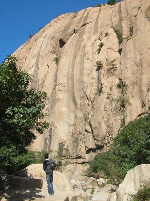 У подножья гор дождевая вода собирается в природном каменном бассейне