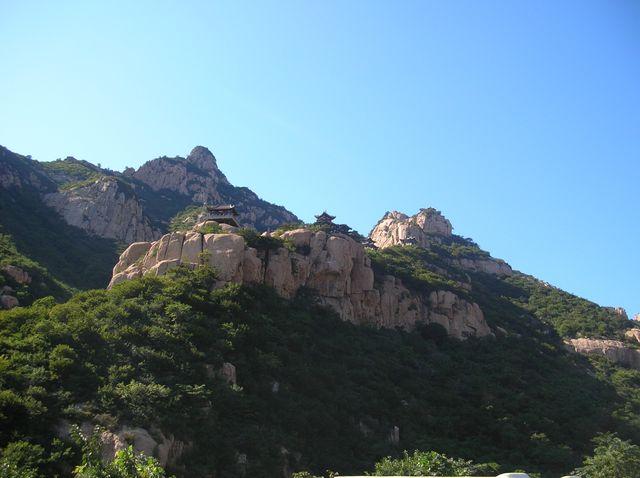 Чтобы обрести гармонию и жить долго нужно посетить 9 небес - беседок на вершине скалы в парке Долголетия