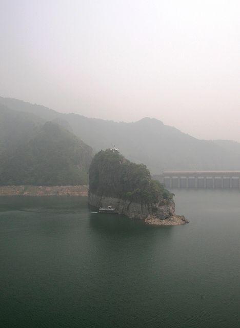 Скалистый остров и плотина на озере Янсай. Бэйдайхэ