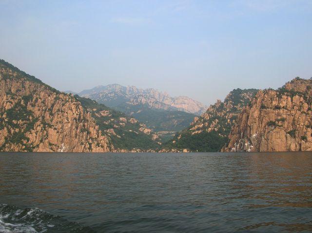 Скалы вокруг озера напоминают своими очертаниями различных животных
