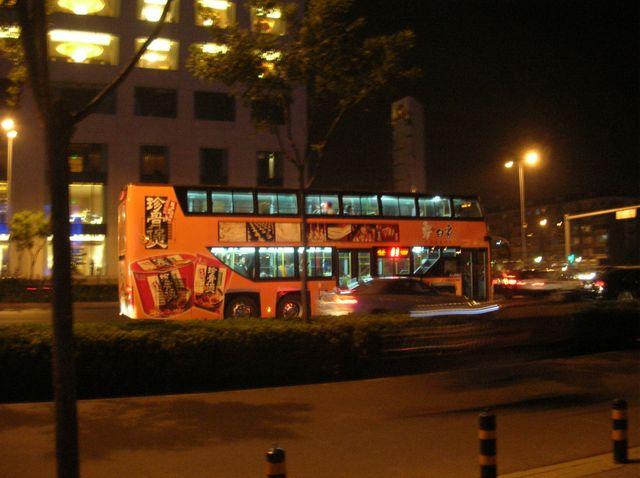 Двухэтажный автобус на улицах ночного Пекина