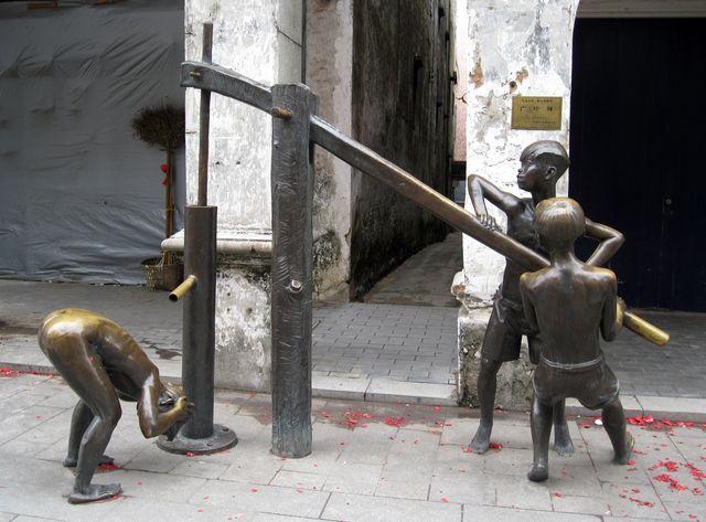 Необычная скульптурная композиция на старой улице Бэйхая
