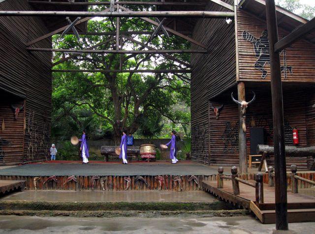 Выступления танцоров в Национальной деревне