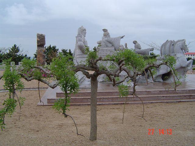 В парке много скульптур исторической тематики. Вэйхай