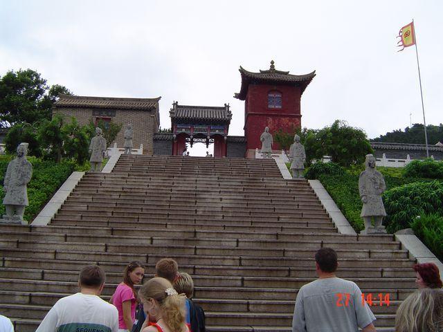 Лестница к храму императора Циньшихуана. Вэйхай