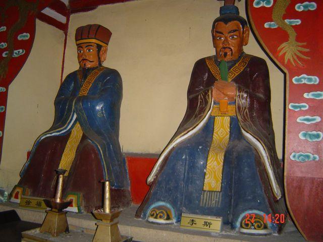 Традиционные буддистские статуи в храме. Вэйхай