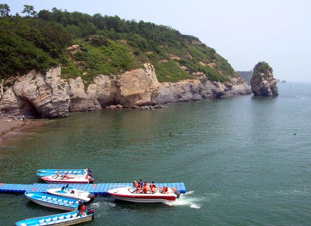 На лодке можно совершить экскурсию вдоль побережья Цзиньшитань
