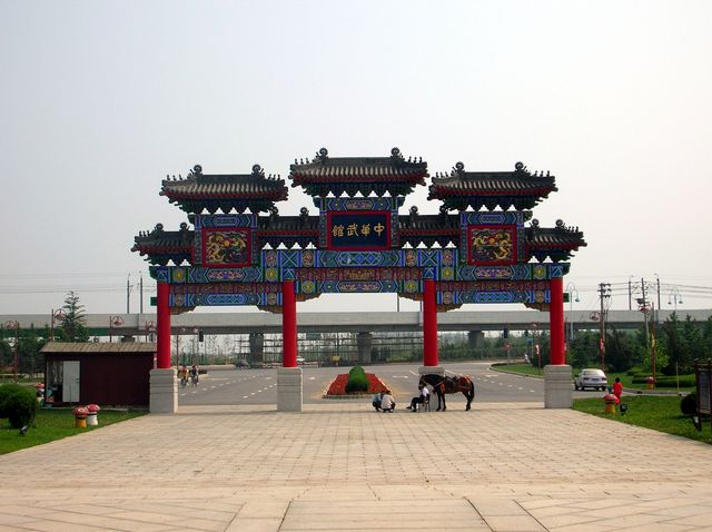 Ворота перед входом в школу Кунг-фу. Далянь