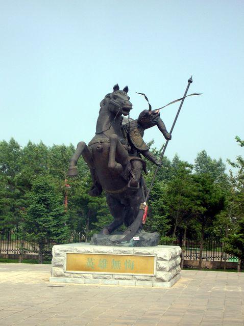 Скульптура воина во дворе школы Кунг-фу. Далянь