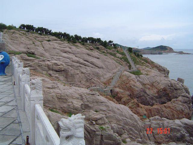 Тропинка по каменным склонам вдоль моря. Вэйхай