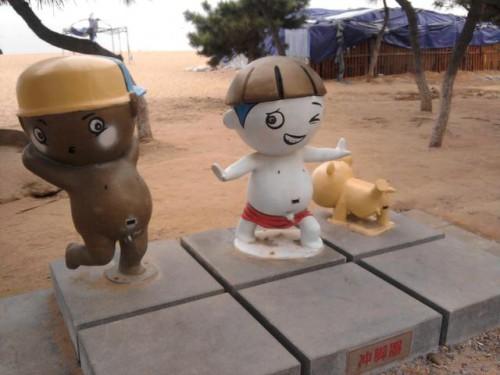 А эти забавные фигурки служат для ополаскивания ног от песка
