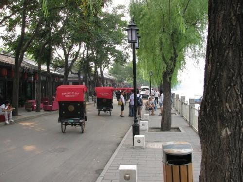 Велорикши на набережной озера в Пекине