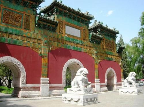 Ворота к стене 9 драконов в парке Бэйхай