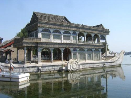 Каменная ладья в Летнем императорском дворце
