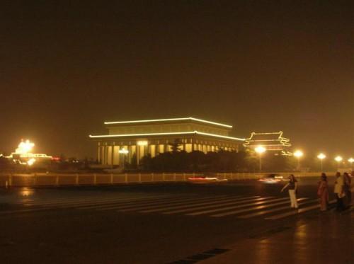 Мавзолей Мао Цзэдуна с ночной подсветкой