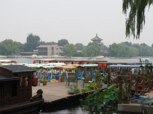 Небольшой причал в парке Пекина