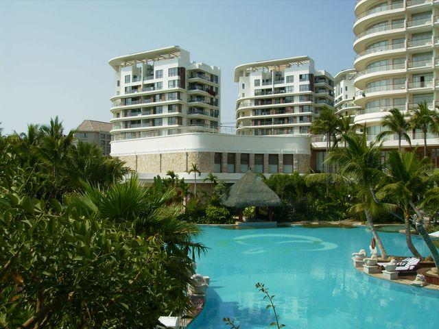 Каждая гостиница в Санье имеет свой бассейн
