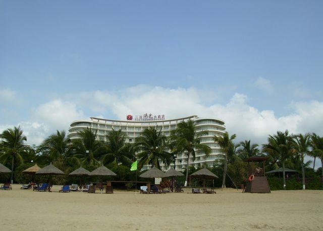 Одна из многочисленных гостиниц на побережье города Санья