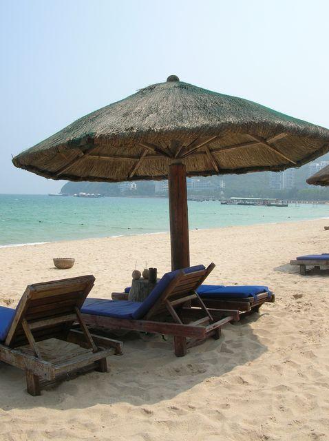 Пляжный зонт, лежак и кокос с трубочкой - главные атрибуты отдыха на Хайнане