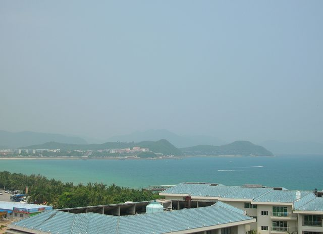 Во время полуденной жары пейзаж вокруг покрывается дымкой. Хайнань