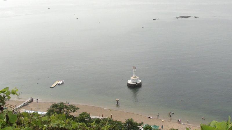 Маленькая копия статуи богини Гуаньинь на пляже Даляня