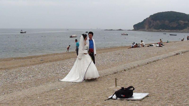 Спокойная и завораживающая красота пляжа Очарование моря привлекает сюда молодоженов на свадебную фотосессии