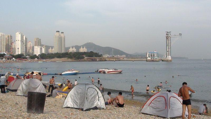 Местные жители всегда берут с собой на пляж палатку от солнца