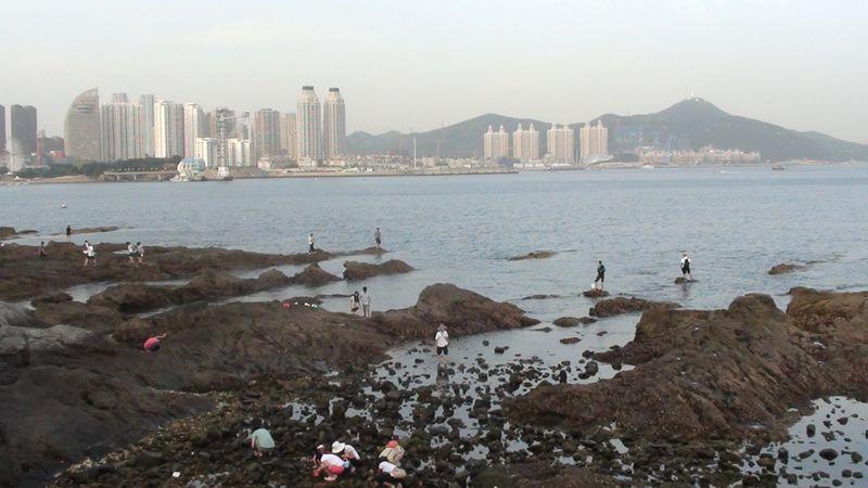 Отлив на скалах возле пляжа Синхай