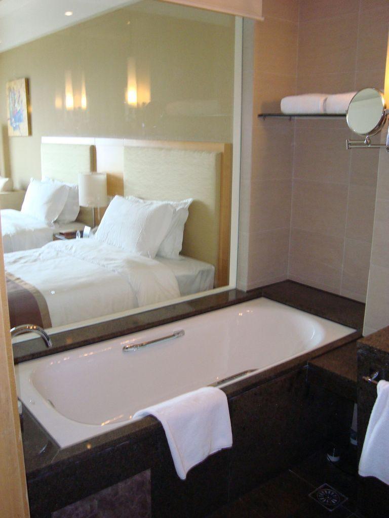 Ванная комната. Вид через стеклянную стену. Вэйхай