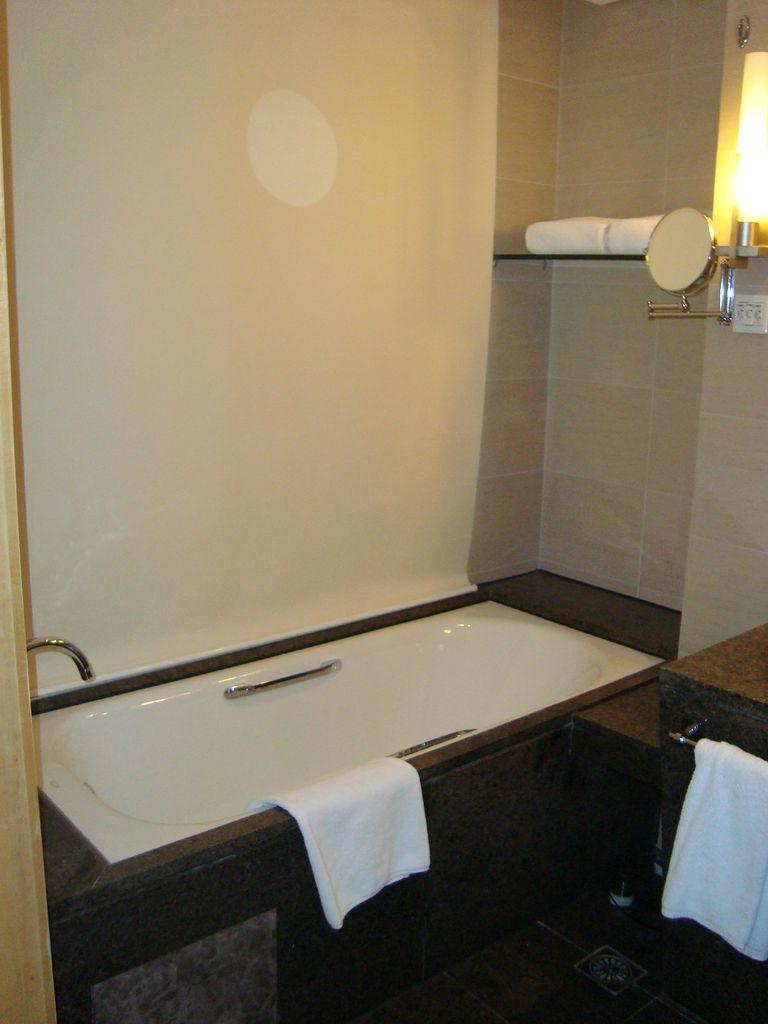 Ванная комната. Стеклянная стена в комнату закрыта шторой. Вэйхай