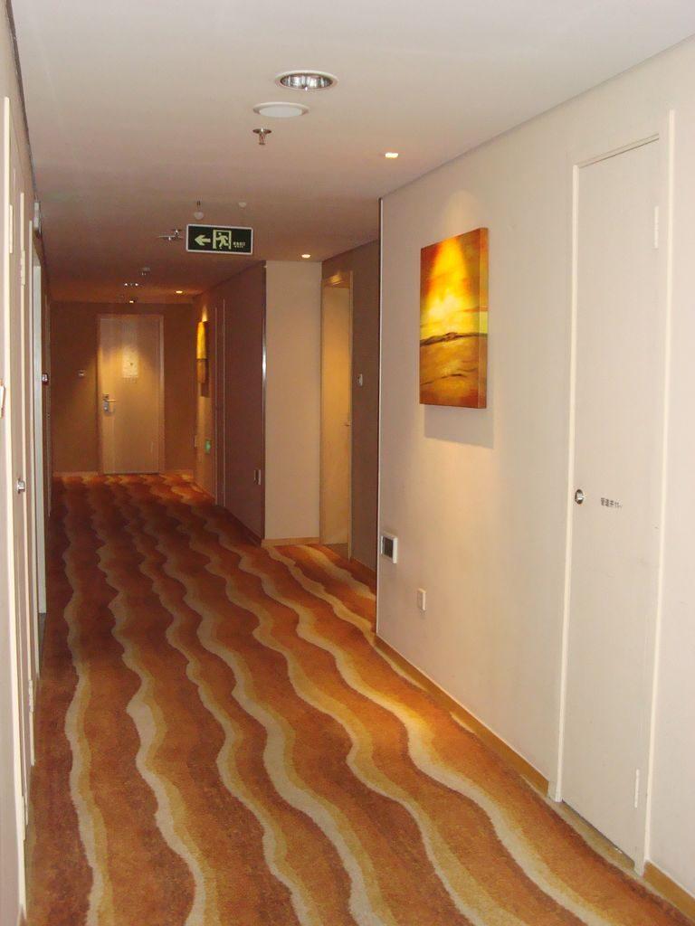 отель HAI YUE JIAN GUO - коридор