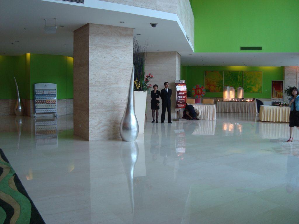 Холл отеля HAI YUE JIAN GUO