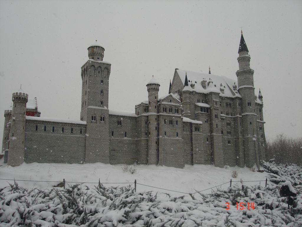 Замок Нойшванштайн. Парк Мира. Пекин