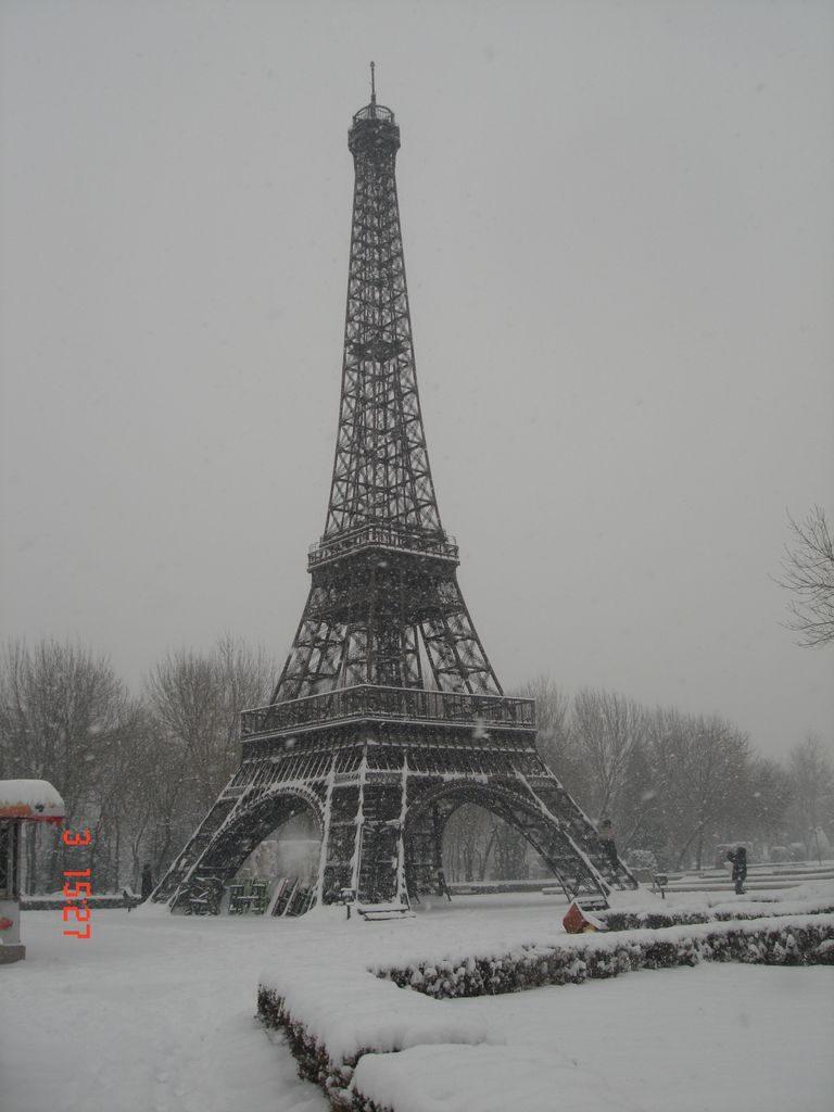 Эйфелева башня. Парк Мира. Пекин