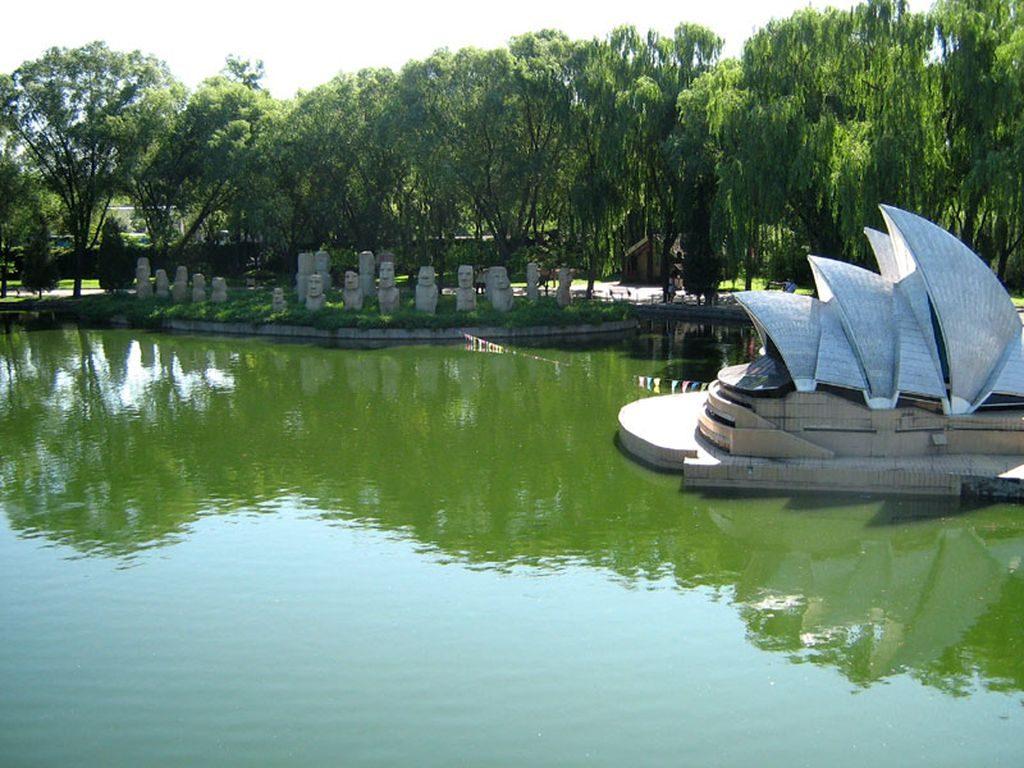 Здание оперы в Сиднее и остров Пасхи. Парк Мира. Пекин