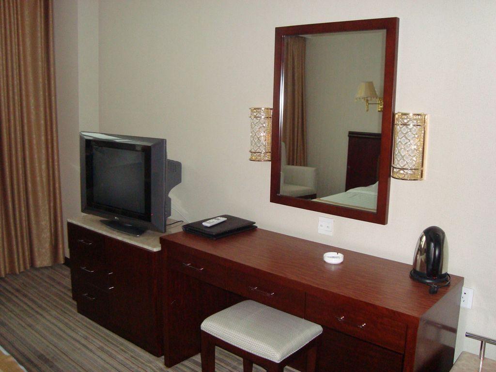В комнате гостиницы. Вэйхай