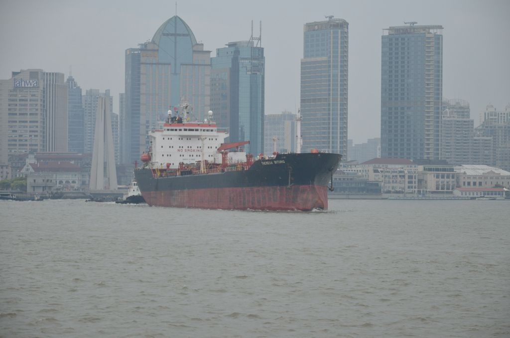 Грузовое судно на фоне небоскребов. Шанхай