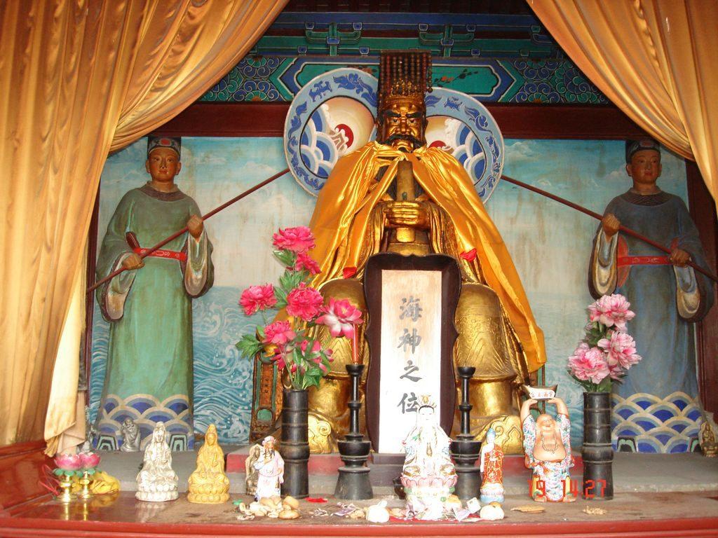 Статуи в буддистком храме. Китай