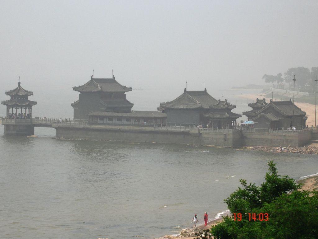 Каменный пирс с буддийским храмом и смотровой площадкой