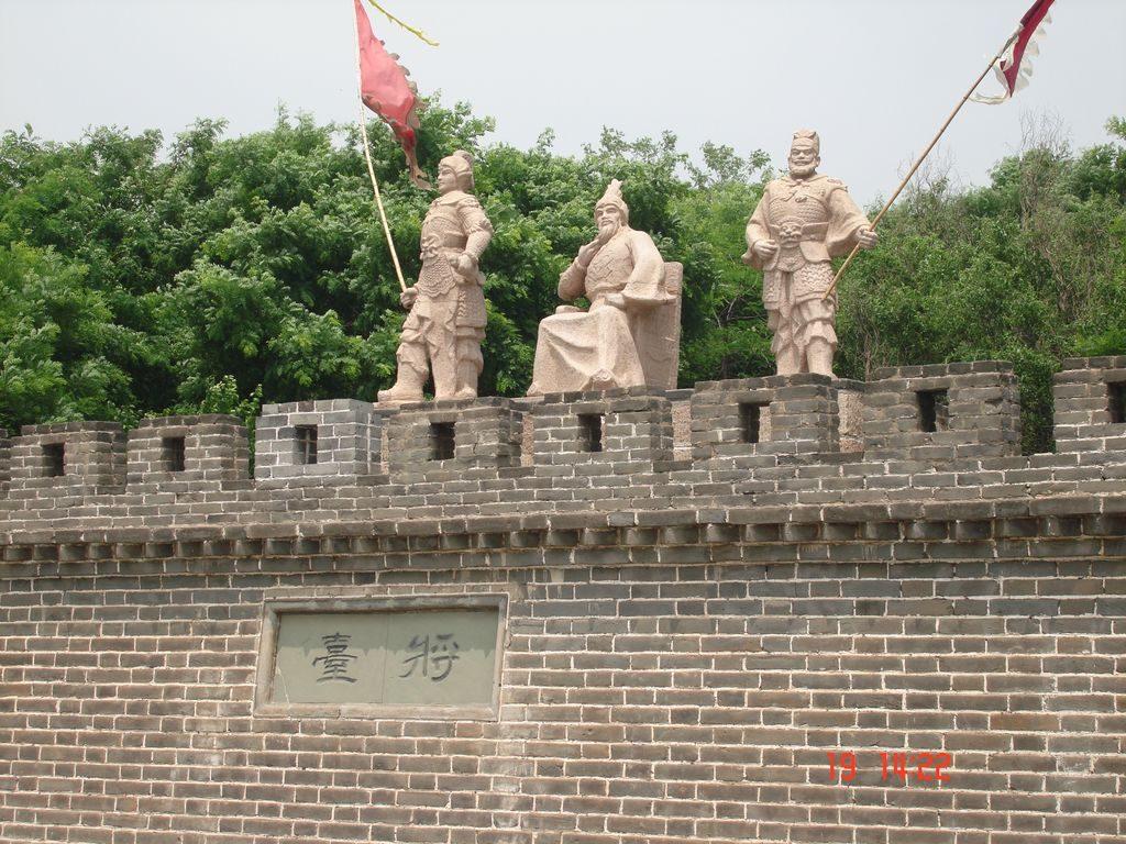 Скульптуры военачальников на стене. Китай