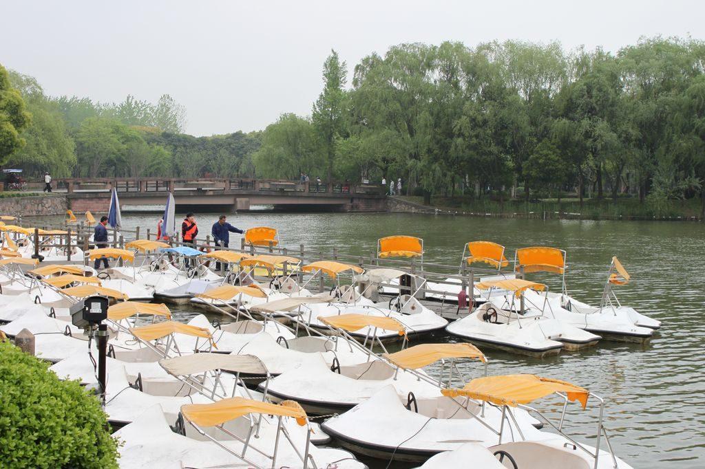 Катамараны для прогулок по озеру в Парке векаю Шанхай