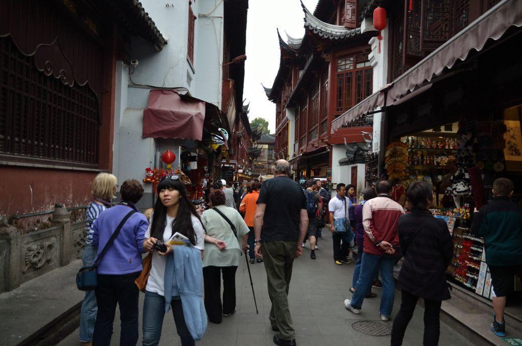 Туристы на старых улицах Шанхая