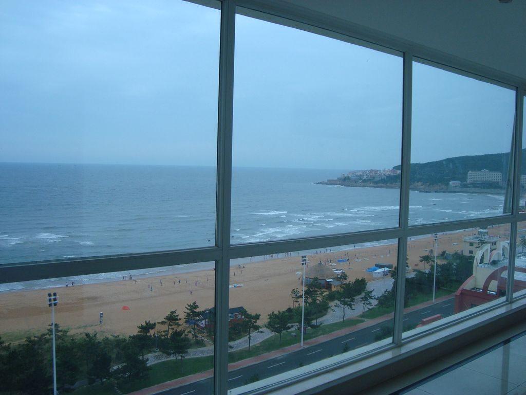 Вид с этажа гостиницы Пейзаж моря на международный пляж. Вэйхай