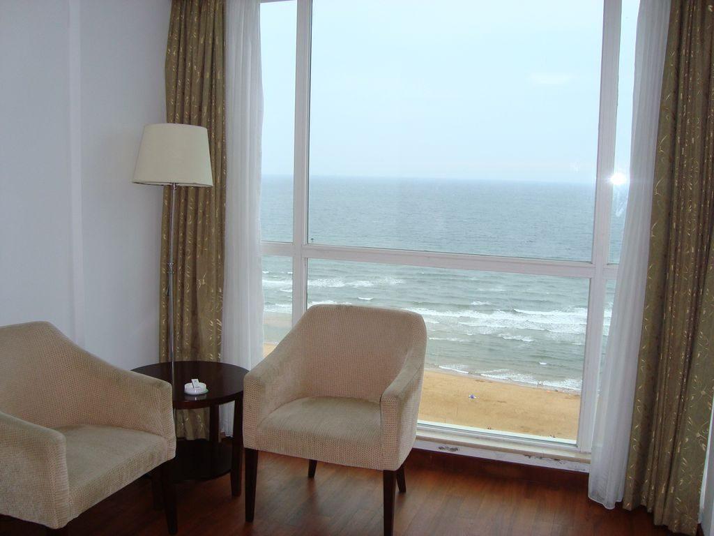 Зона для чая в номере гостиницы Пейзаж моря. Вэйхай