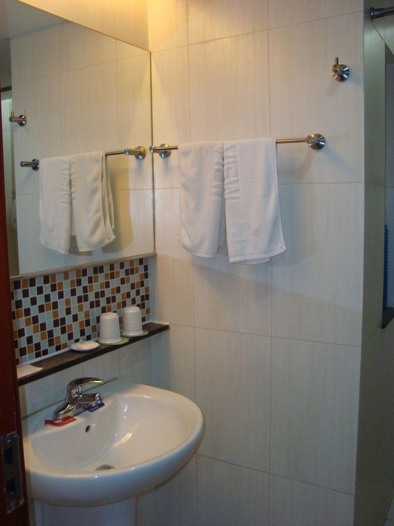 Ванная комната в номере гостиницы Пейзаж моря. Вэйхай.