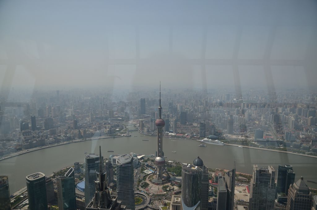 Вид на Шанхай и телебашню с небоскреба